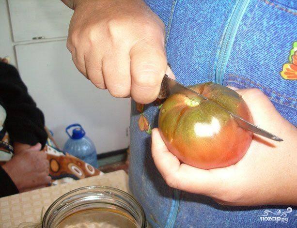 Порезать помидоры и добавить по паре штучек в банки к огурчикам.