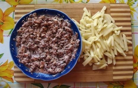 Картофель очистите и нарежьте соломкой. Рыбу переложите из банки в тарелку, разомните как следует вилкой, чтобы она измельчилась.