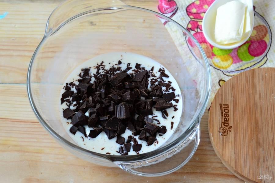 К разогретым сливкам добавьте шоколад, интенсивно перемешайте, пока шоколад полностью не растопится.