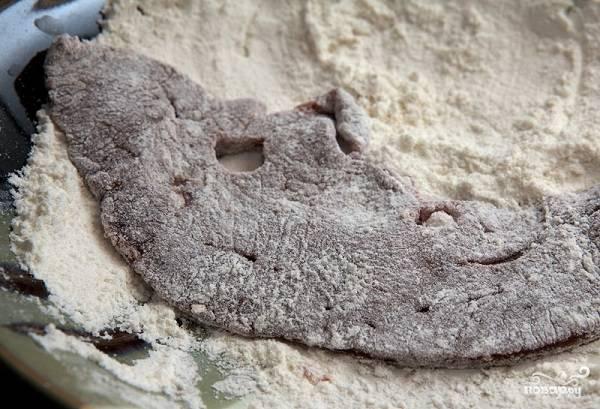 1. Первым делом нужно вымыть печень, очистить от пленок при необходимости и просушить бумажным полотенцем. Нарежьте ее и обваляйте со всех сторон в муке.