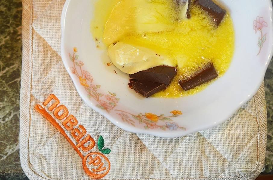 Растопите шоколад на водяной бане или в СВЧ вместе со  сливочным маслом.