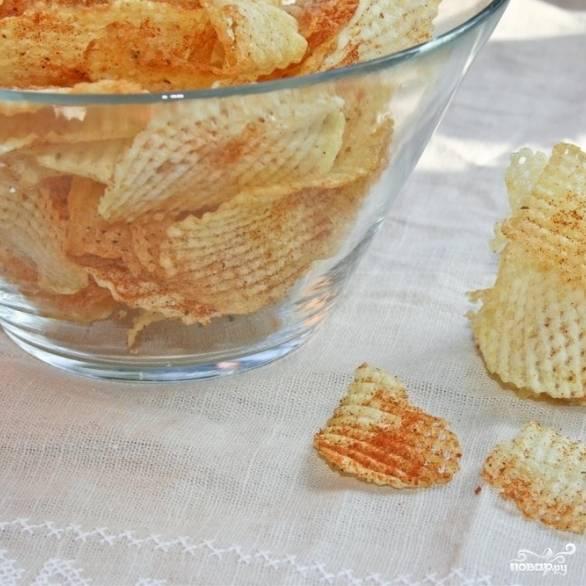 6. Выкладывайте картофельные чипсы в красивую посуду и подавайте. Приятного аппетита!