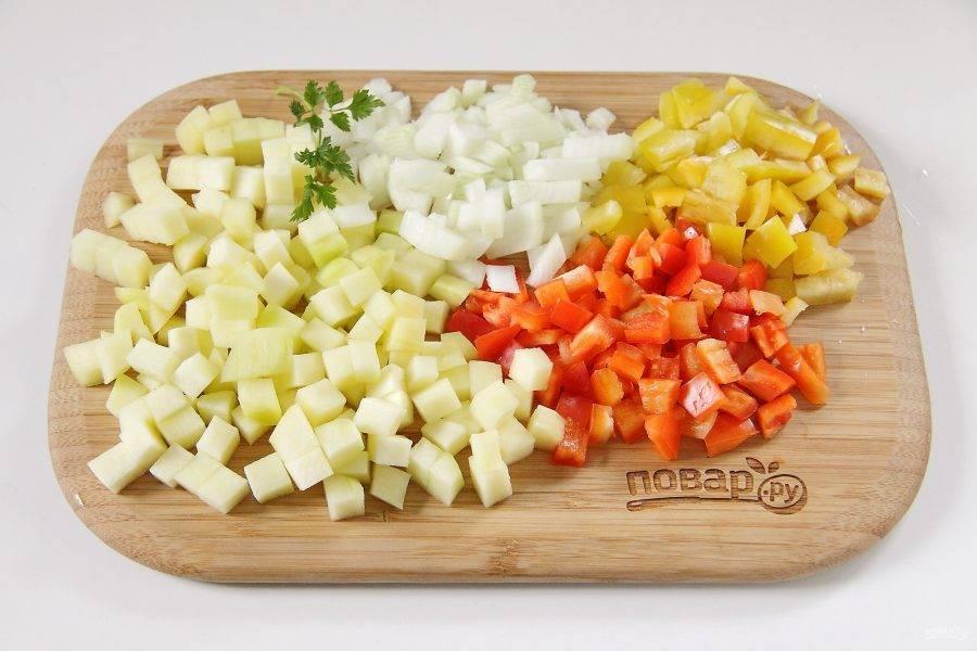 Лук, кабачок и перец нарежьте кубиками.