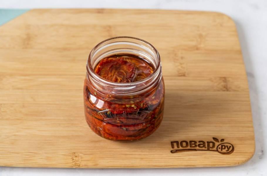 Влейте оливковое масло так, чтобы оно полностью покрывало томаты. Закройте банку, оставьте на 1 неделю настояться.