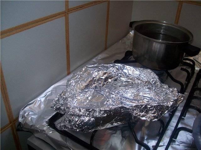 Запекаем на газу (в духовке, на углях) на самом большом огне. Когда овощи станут мягкими - снимите их с огня и удалите фольгу. Разрежьте баклажаны по середине и ложкой удалите всю мякоть.