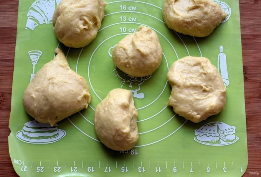 Подошедшее тесто обомните и разделите на кусочки размером в среднее яйцо.