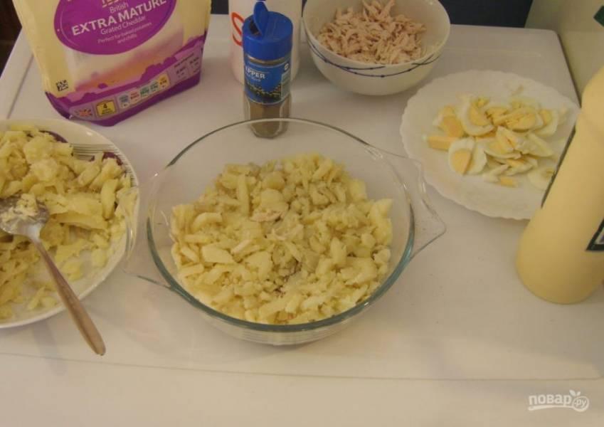 8.Снова смазываю немного майонезом, выкладываю половину измельченного картофеля и промазываю майонезом.
