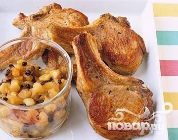 Свиные отбивные с яблоками и изюмом