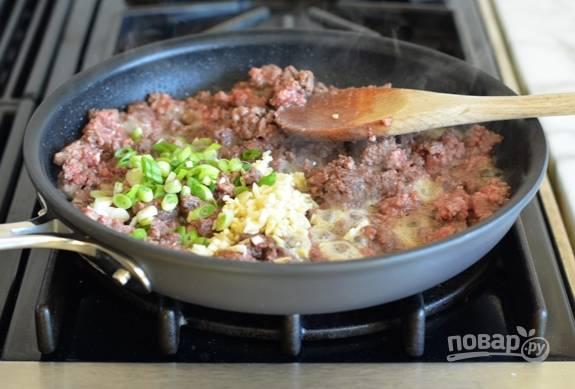 5. Потом добавьте имбирь, чеснок и лук. Тушите 2 минуты.