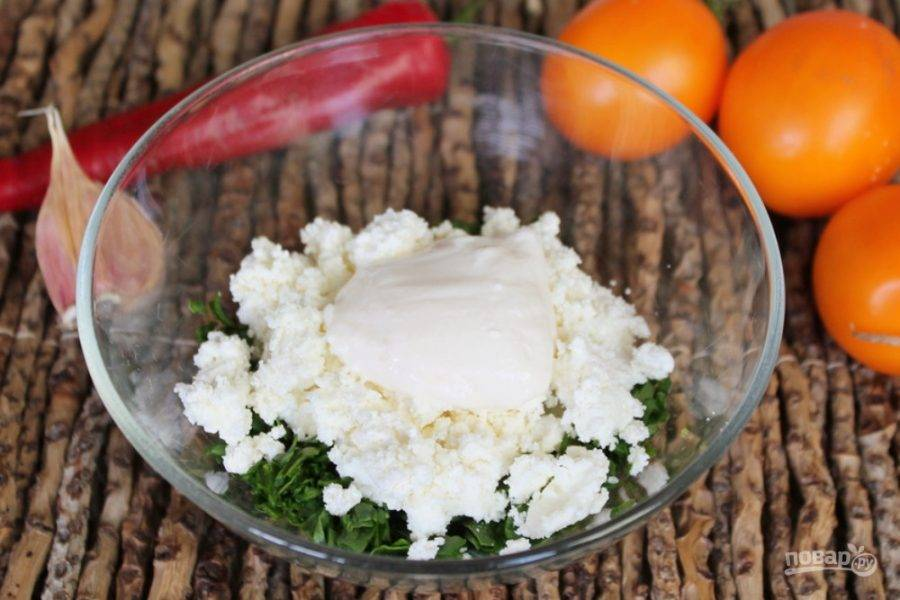Брынзу можно натереть или растолочь. Отправляем в пиалу и добавляем немного йогурта.