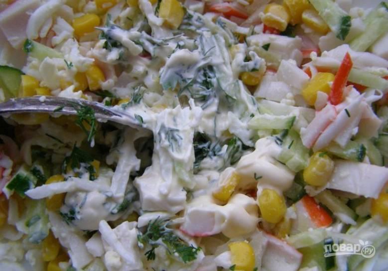 Добавьте мелко нарезанную зелень. Посолите и поперчите салат по вкусу. Заправьте майонезом.