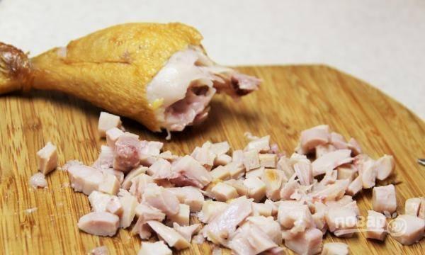 Курицу очистите от шкуры и костей. Филе нашинкуйте маленькими кубиками.