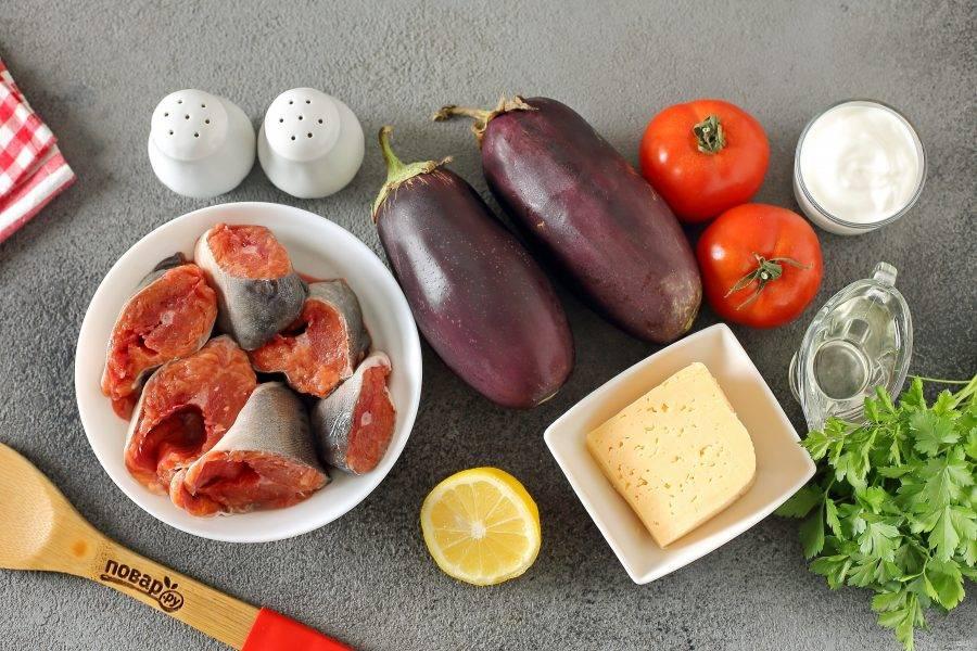 Подготовьте все ингредиенты. У меня уже готовые стейки рыбы, если у вас горбуша целая, то предварительно разделайте ее и нарежьте кусочками, толщиной около 2 см.