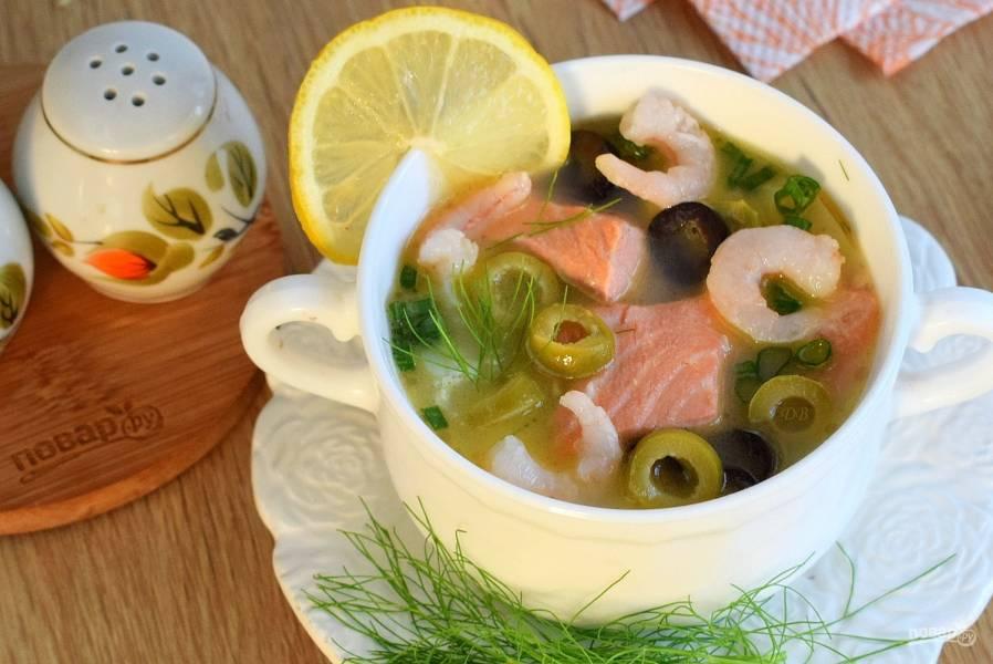 Сливочный суп с лососем и креветками