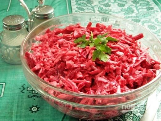 """5. Готовый салат """"Розовый фламинго"""" с крабовыми палочками можно подавать к столу."""