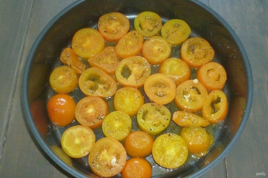 Приправьте помидоры солью и перцем по вкусу. Форму смажьте маслом и выложите помидоры.