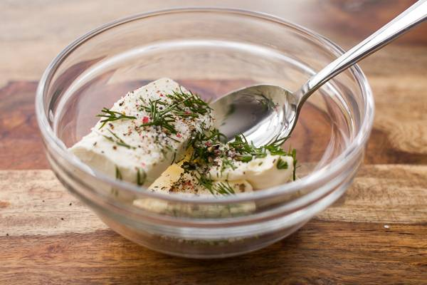 1. Творожный сыр, Филадельфия или любой другой, выложить в небольшую мисочку. Добавить немного соли, перца и свежей зелени по вкусу. Выжать сок лимона и при желании добавить специи. В рецепт приготовления семги с творожным сыром можно использовать также немного тертого твердого сыра.