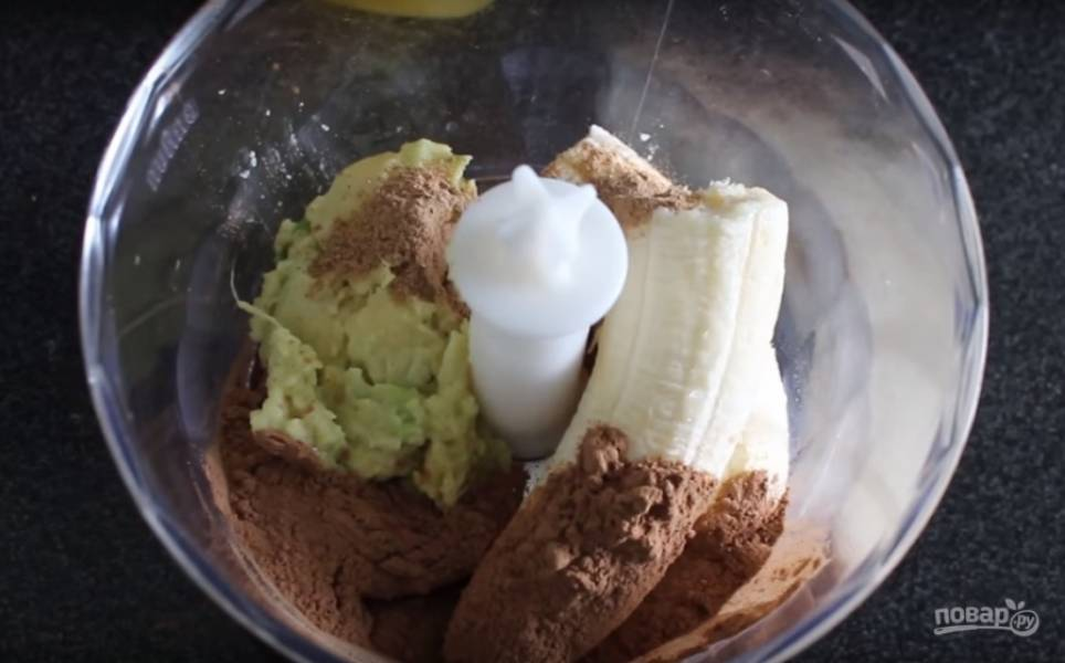 2. Соедините мякоть авокадо, банан, корицу, какао и мед и измельчите все в блендере.
