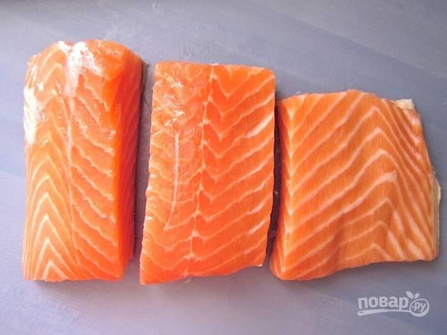 4.Вымойте рыбку, затем оботрите ее салфетками и разрежьте на 2-3 кусочка.