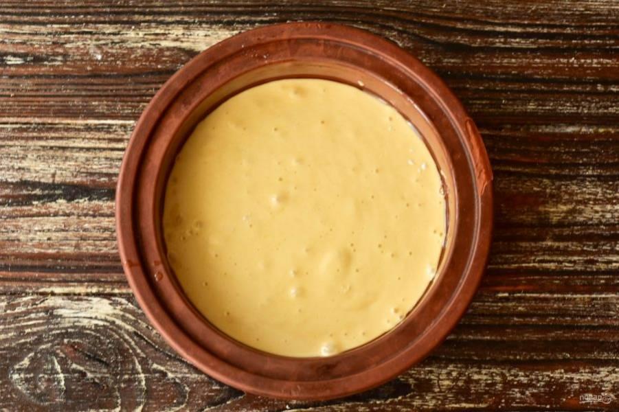 Выложите тесто в форму. Ее можете смазать любым маслом.