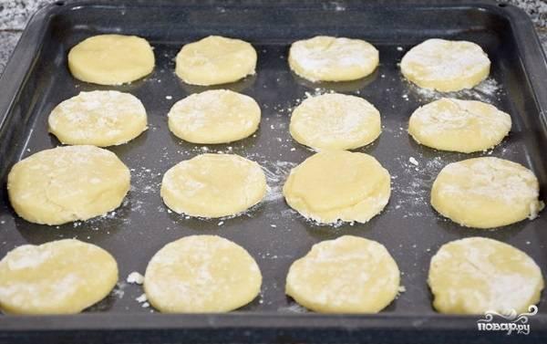 6. Выложите на противень и отправьте в разогретую духовку. Запекайте при температуре 180 градусов 10-15 минут.