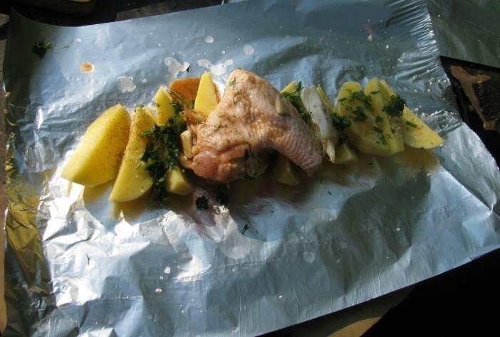 Сверху на картофель выкладываем замаринованную курицу.