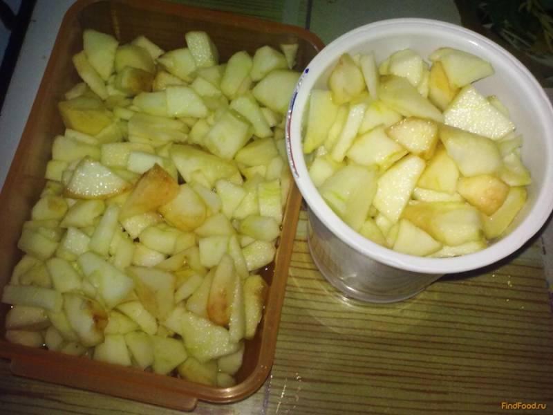 После этого яблоки перекладываем в посудину, в которой вы собирайтесь их хранить и ставим в морозилку. Использовать яблоки можно будет сразу после заморозки, но, как правило, потребность в них возникает только зимой. Из таких яблок я обычно пеку пирог, делаю творожную запеканку, аромат стоит такой, что магазинные яблоки краснеют от зависти. Приятного аппетита!