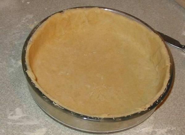 4. Вырежьте по размеру формы, учитывая высокие бортики, и аккуратно выложите в форму. В рецепте приготовления сладкого пирога можно использовать также ваниль или корицу, которая отлично сочетается с яблоками.