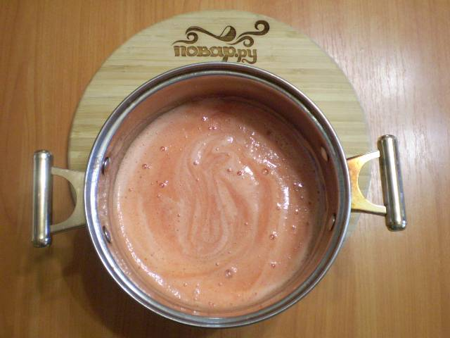 Из помидоров нужно выдавить сок. Сделать это можно любым удобным для вас способом. Я пропустила сок через соковыжималку для томатов. Сок получился густой. Можно пропустить через мясорубку, потом через сито процедить сок от семечек и кожуры.