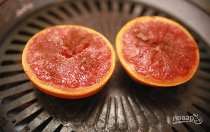 Выложите фрукт на гриль и жарьте пока мякоть не станет немного пузыриться.