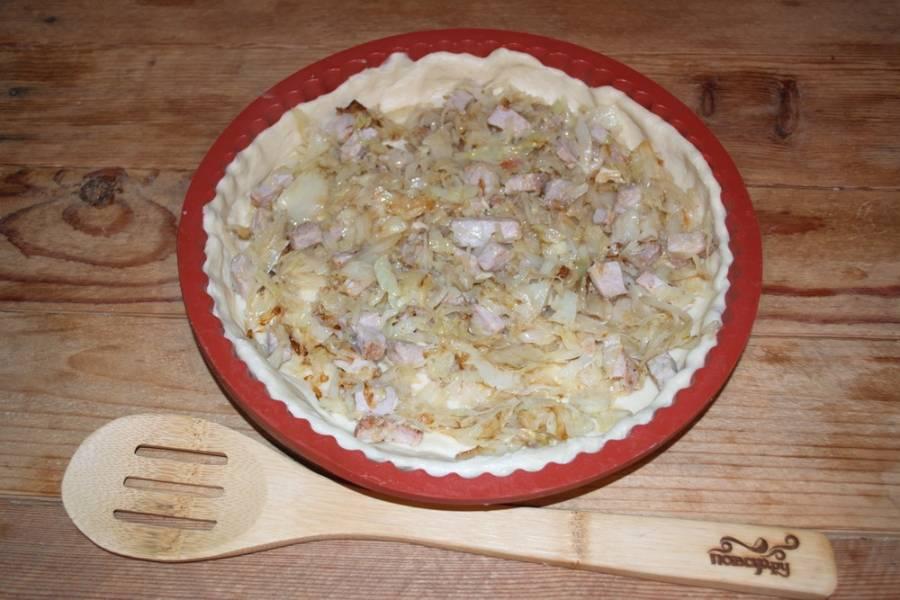 В форму с тестом выложите приготовленную начинку. Взбейте яйцо с молоком. Яичной массой залейте начинку пирога. Разогрейте духовку до 200 градусов, запекайте пирог до 45 минут (до готовности).