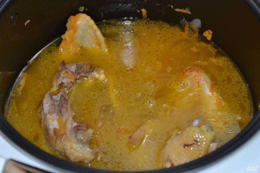 Долейте в мультиварку воды так, чтобы мясо было полностью ею покрыто. Посолите и поперчите. Выставьте режим тушения на 1,5 часа. В конце готовки добавьте зелень.