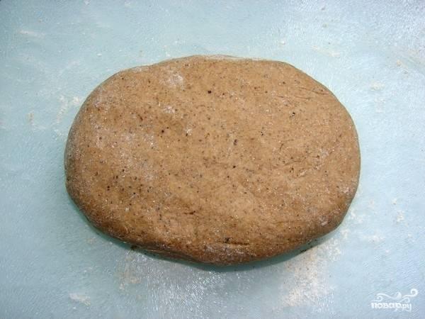 4. Достаем опару и подсыпаем оставшуюся муку, как только тесто схватилось, перекладываем его с миски на стол, посыпанный мукой, замешиваем тесто.