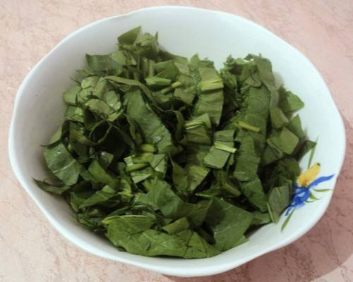 7. Для дополнительного вкуса можно добавить щавель. Его необходимо вымыть и нарезать.