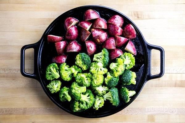 3. Выложите овощи в жаропрочную форму и отправьте в разогретую до 200 градусов духовку минут на 20.