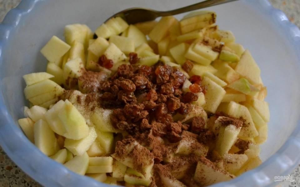 4.Изюм заливаю холодной водой и оставляю на 10 минут, затем отжимаю и кладу в миску, добавляю туда же яблоки, корицу и оставшийся сахар, перемешиваю.