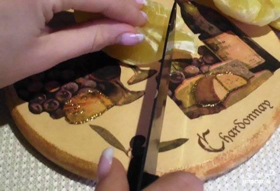 2. Затем нарезаем апельсины как можно мельче и отправляем в емкость хлебопечки.