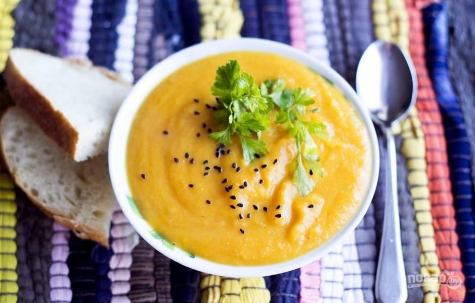 Превратите суп в пюре с помощью блендера. Подавайте с семечками и зеленью. Приятного аппетита!