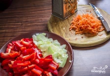 Чистим лук и морковь, у перца удаляем сердцевинку с семенами. Морковь натираем на терке, лук и перец мелко нарезаем.