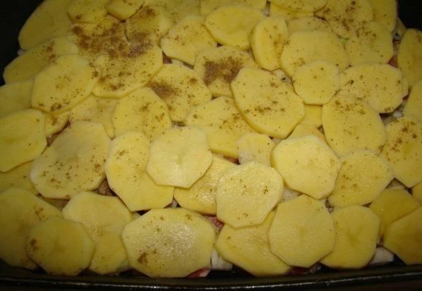 4. Картофель очистить и нарезать тонкими колечками или брусочками. Посолить и тщательно перемешать, а затем выложить на противень. Добавить при желании специи по вкусу.