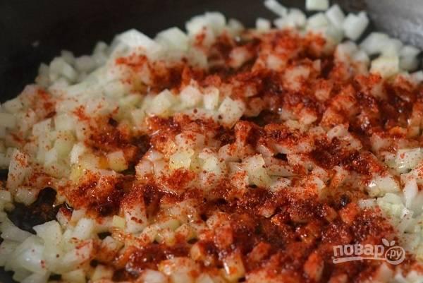 4. К луку добавьте чуточку соли, перца и паприки.
