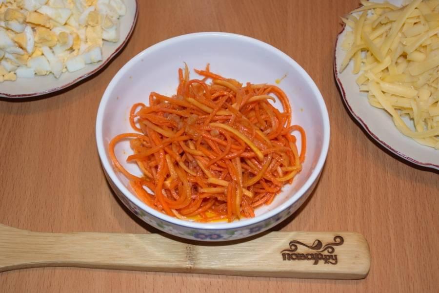 То же самое делаем с морковкой, извлекая ее из маринада. Если морковь нарезана длинными полосками, их можно укоротить.