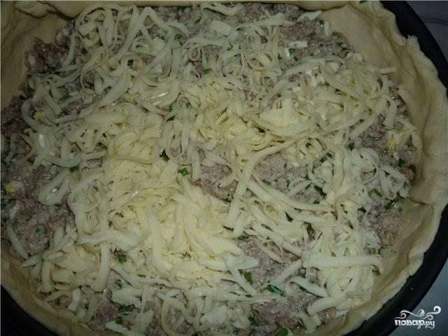 Дальше выкладываем начинку из сковороды и посыпаем тертым сыром.