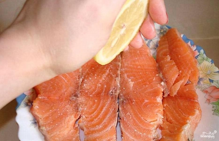 Первым делом нужно подготовить рыбу - отделить от кожи филе, сбрызнуть лимонным соком, посолить и поперчить.