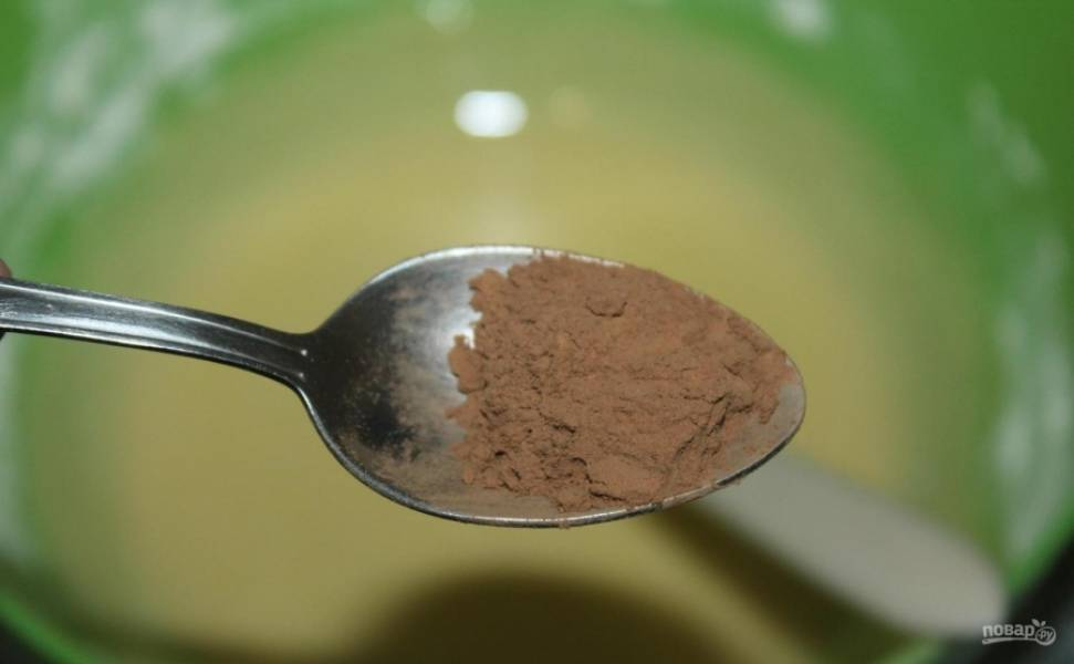 6.В меньшую часть добавляю какао-порошок, перемешиваю до однородной консистенции.