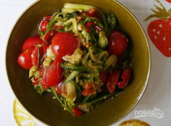 6. Острый огуречный салат готов к подаче. Приятного аппетита!