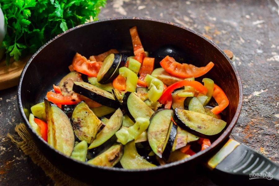 Сковороду прогрейте и влейте растительное масло. Жарьте баклажаны и перец 7-10 минут, постоянно перемешивая.