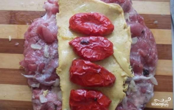 На омлет выложите вяленые помидоры одним рядом.