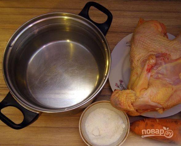Подготавливаем основные ингредиенты, которые понадобятся для приготовления бульона. Выпотрошим курочку. Если потребуется, хорошенько ее промоем. Овощи очистим.
