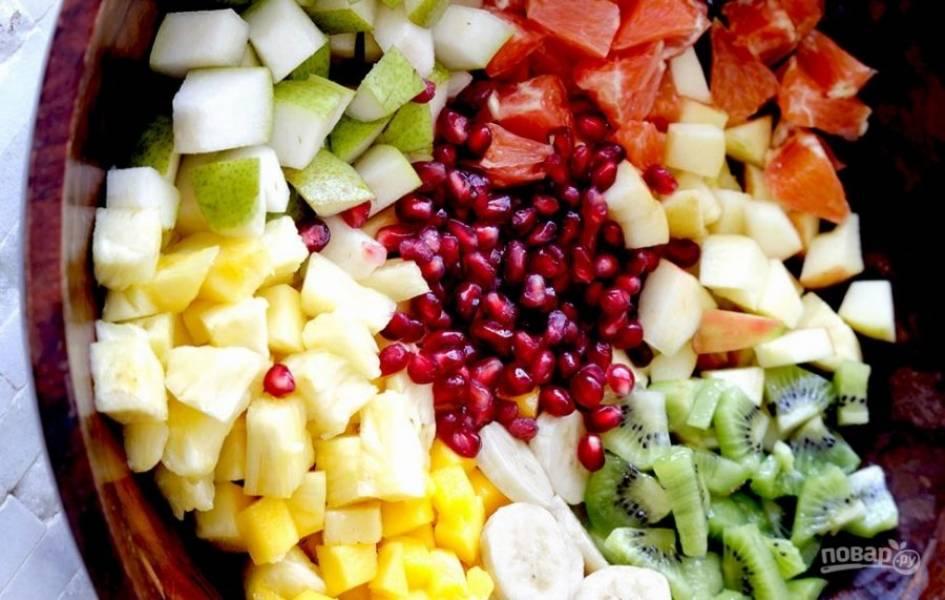 Нарежьте равными кусочками все фрукты. Мякоть кокоса натрите на крупной тёрке, а из граната достаньте зёрна.